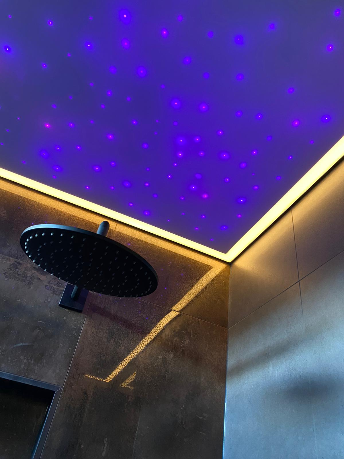 Sterrenhemel plafond boven uw douche? Het kan bij Indara Spanplafonds