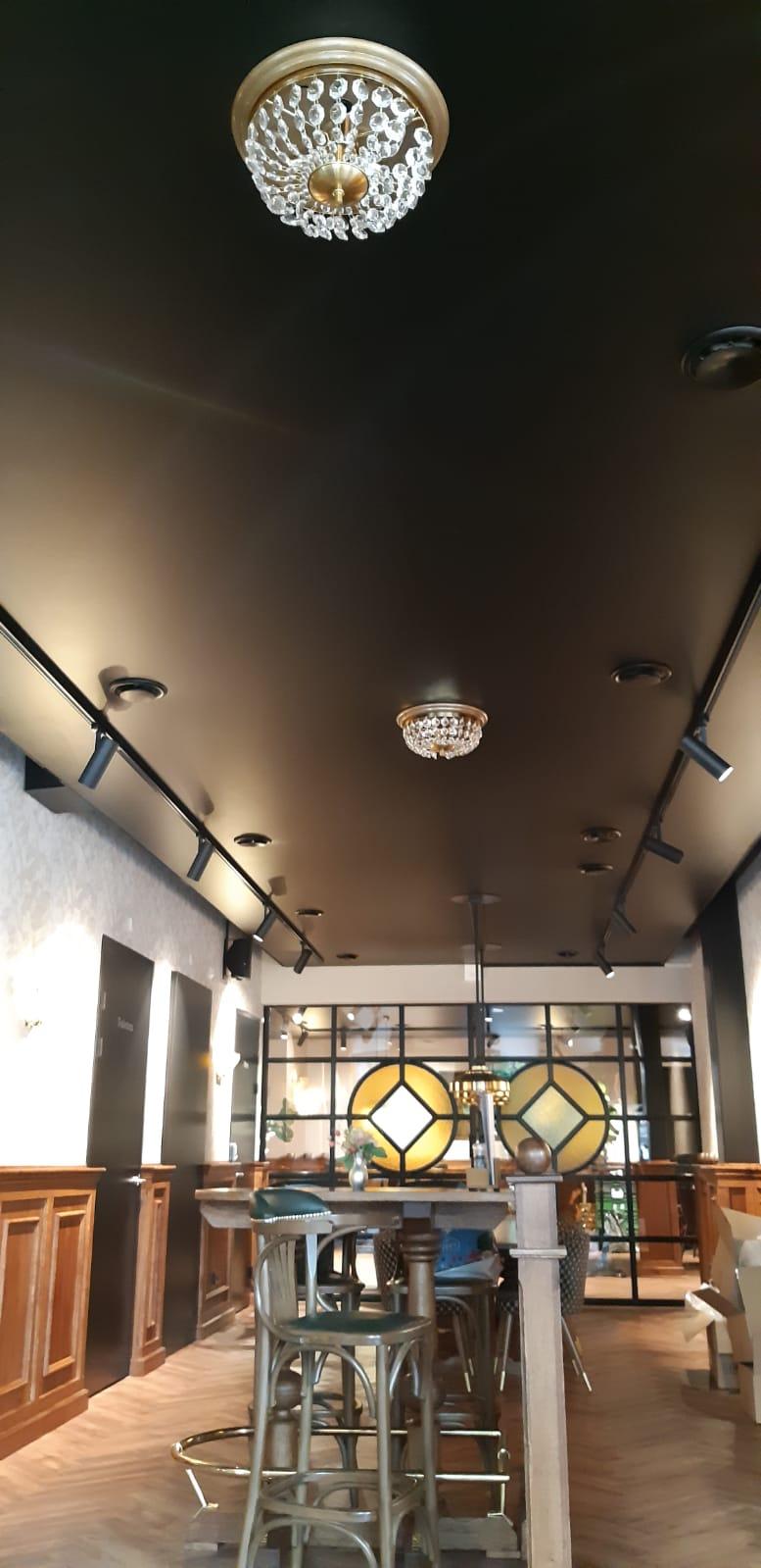 sierverlichting en ornamenten aan spanplafond monteren