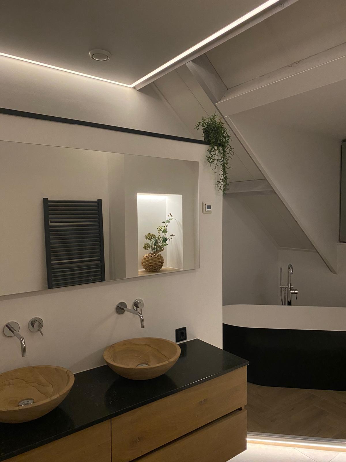 schuine wand plafond met LED verlichting
