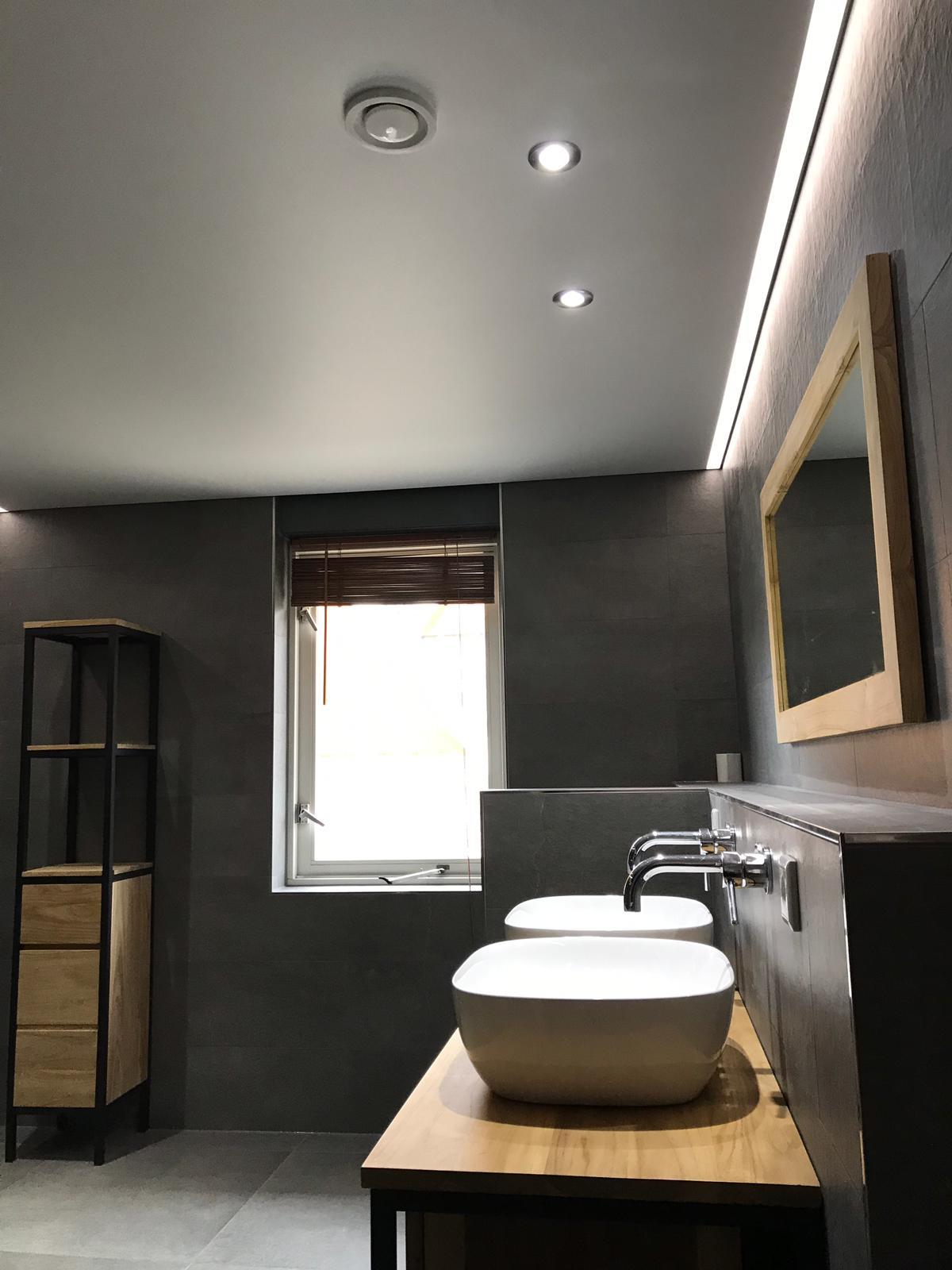 wit licht in uw badkamer samen met een spanplafond bij Indara