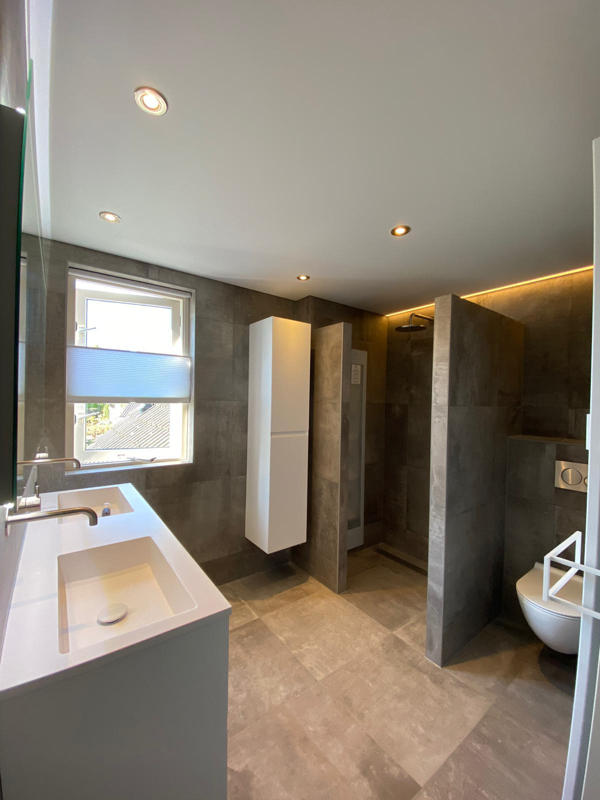 strak witte spanplafond in uw badkamer met spotjes
