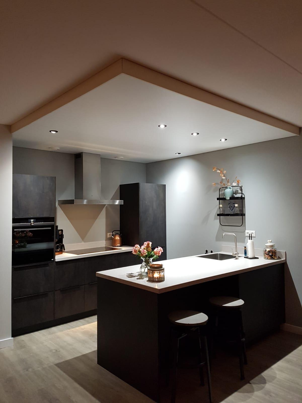 mooie LED verlichting in keukens met spanplafond van indara