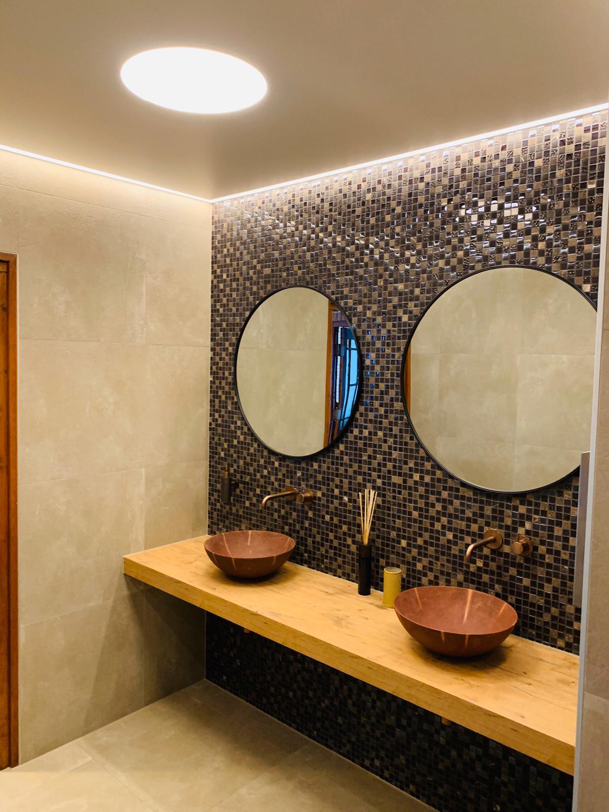 spanplafond en cirkel LED verlichting in badkamers