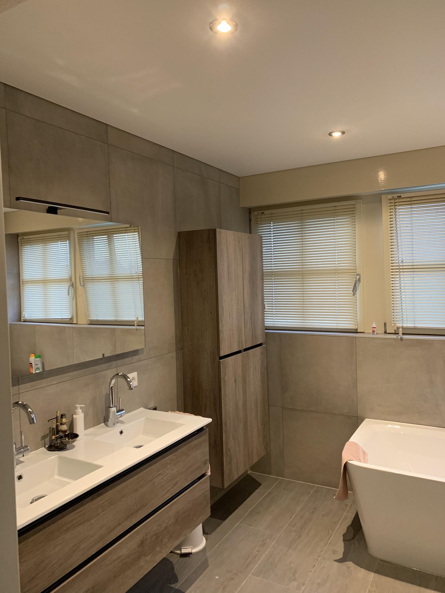 spanplafond met mooie LED spots in uw badkamer