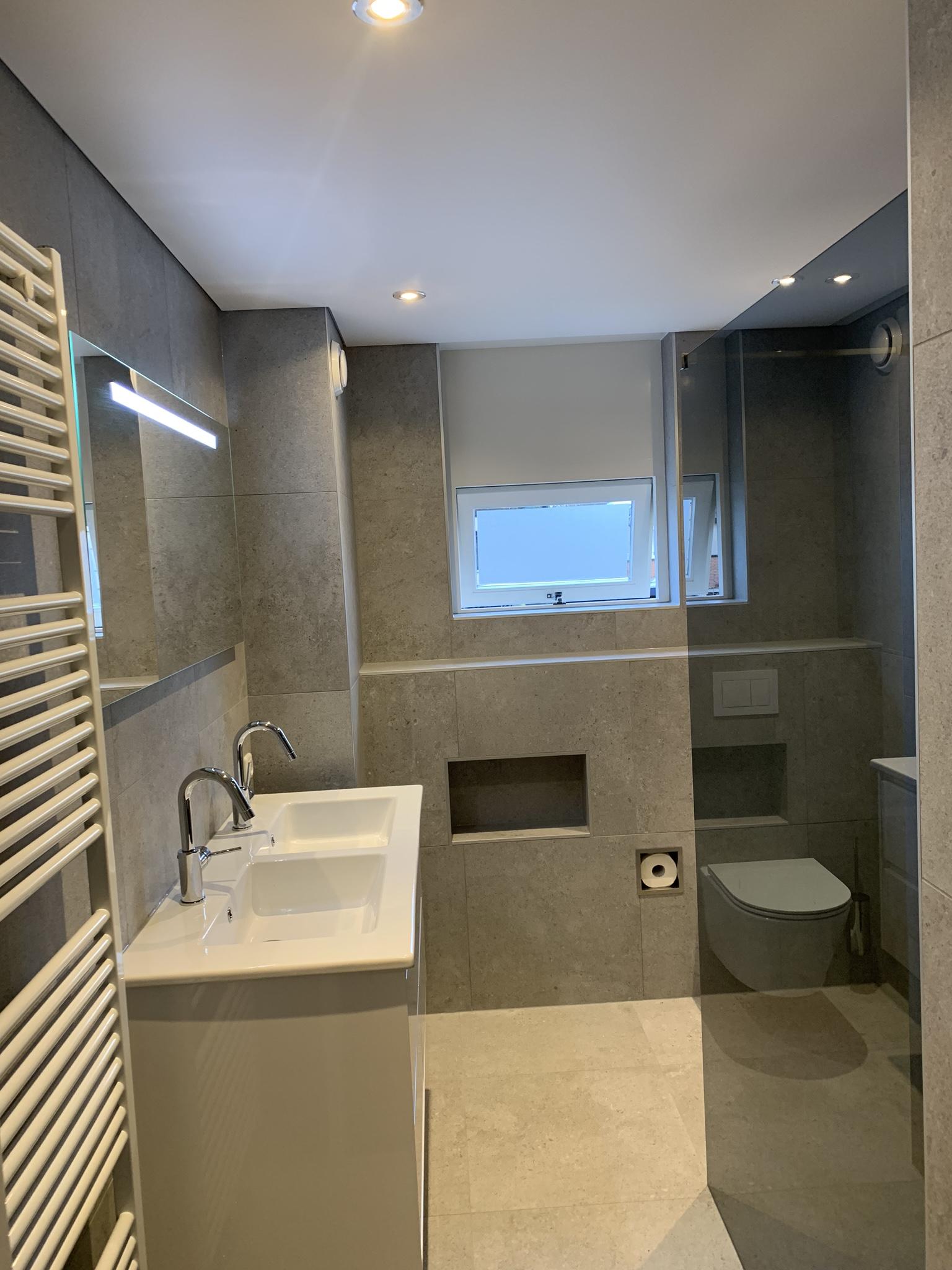strakke luxe badkamer dankzij een spanplafond bij Indara