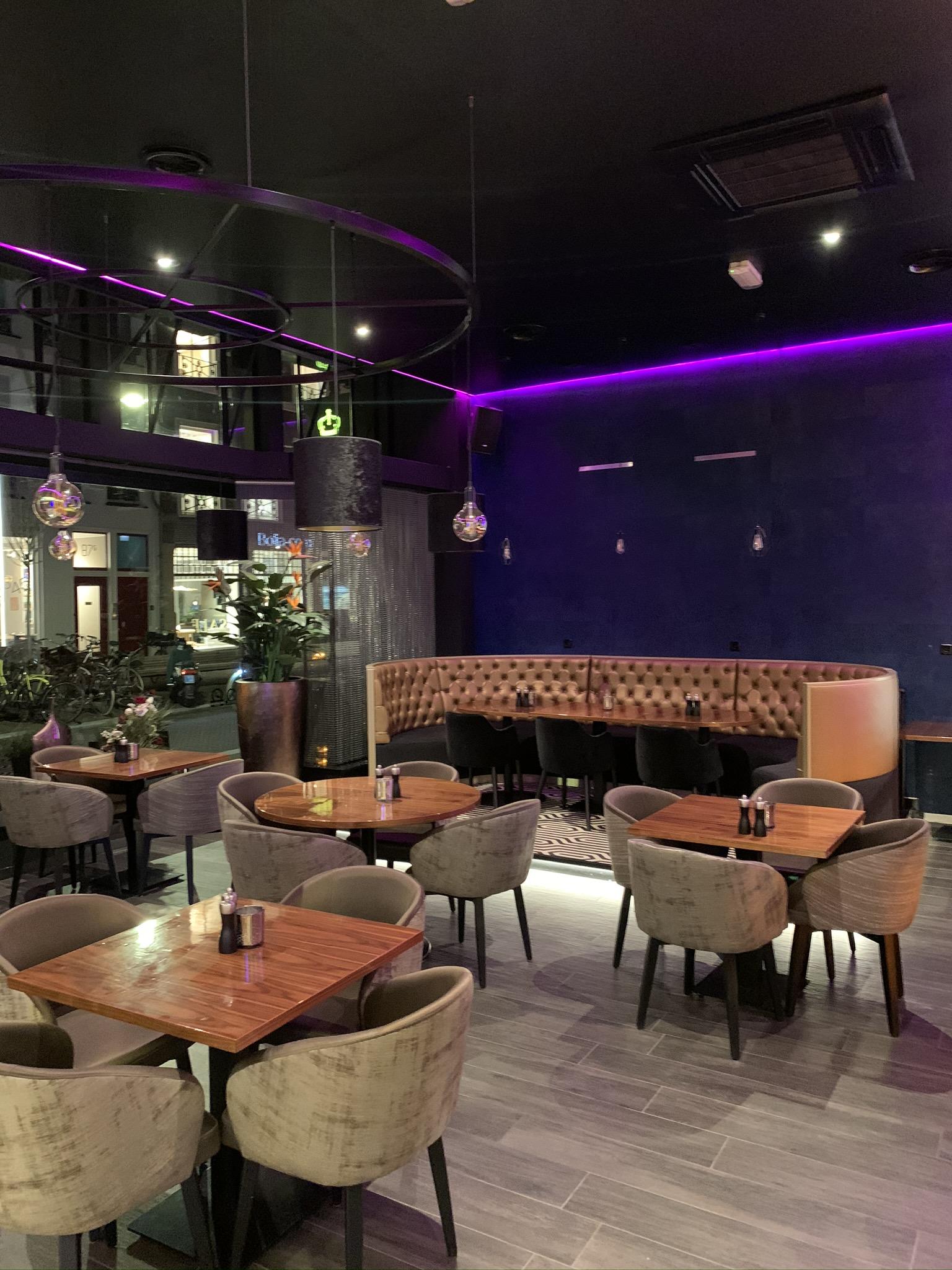 plafonds voor in de horeca met mooie LED sfeerverlichting in kleur