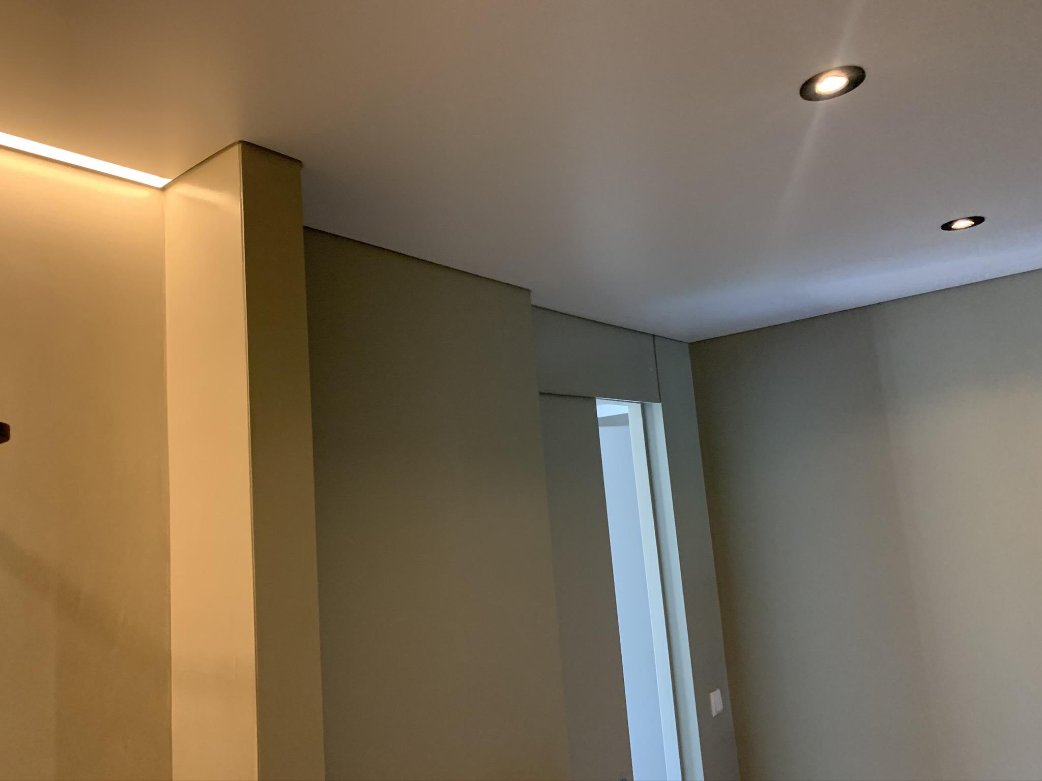 badkamer met spanplafond en mooie sfeerverlichting