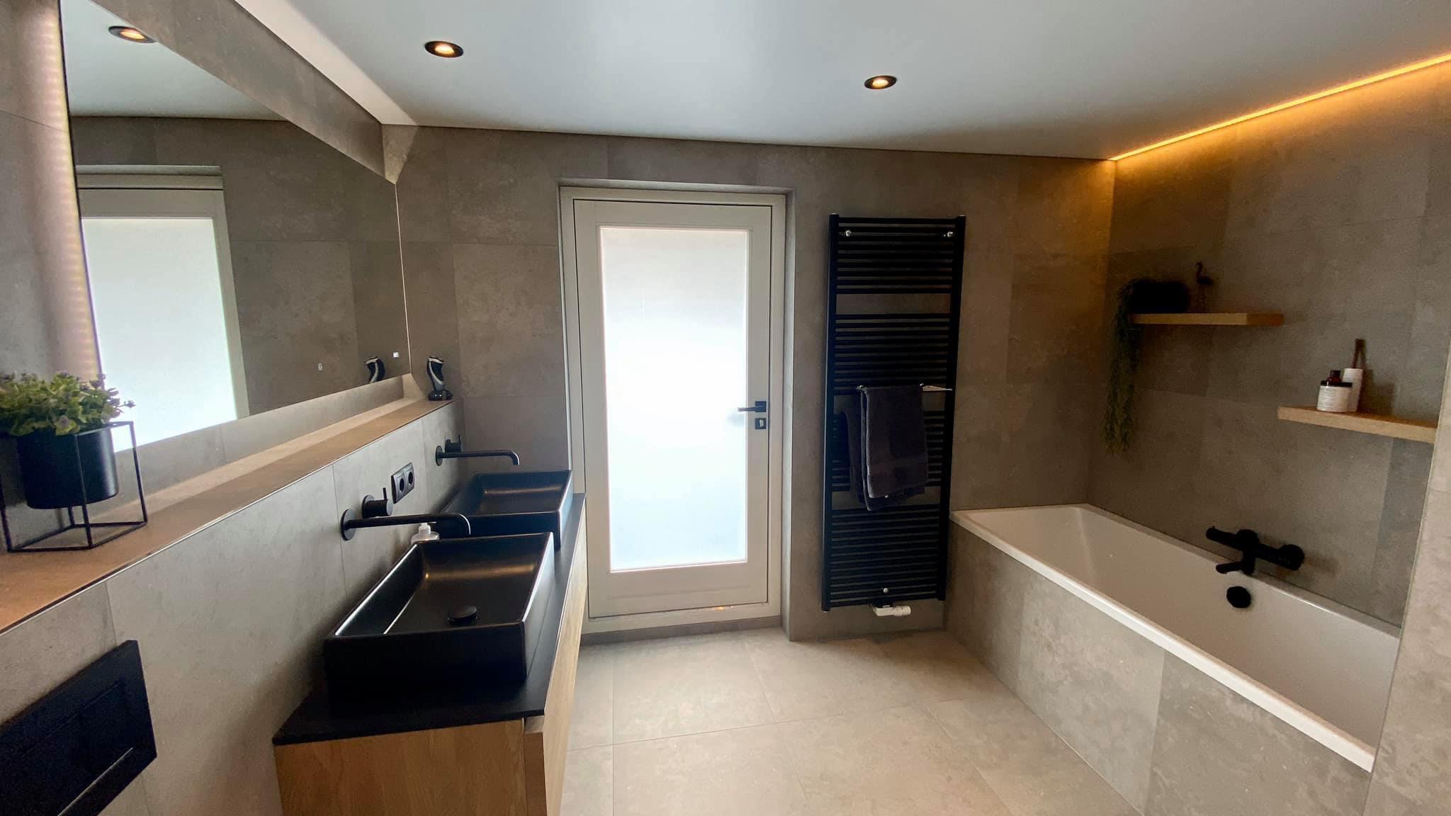 spanplafond in uw badkamer zowel spotjes en rand LED licht
