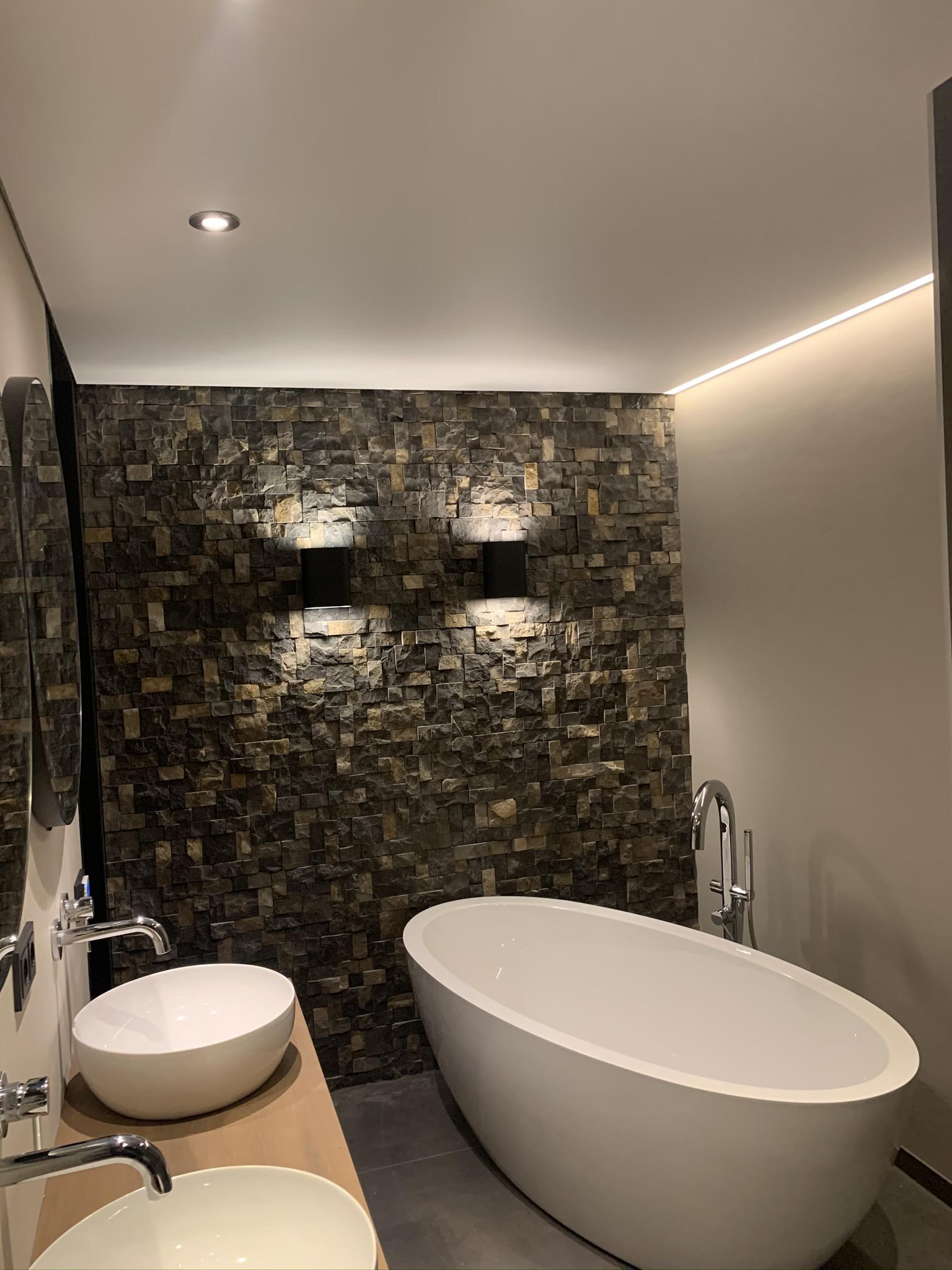 luxe badkamer dankzij spanplafond met rand verlichting