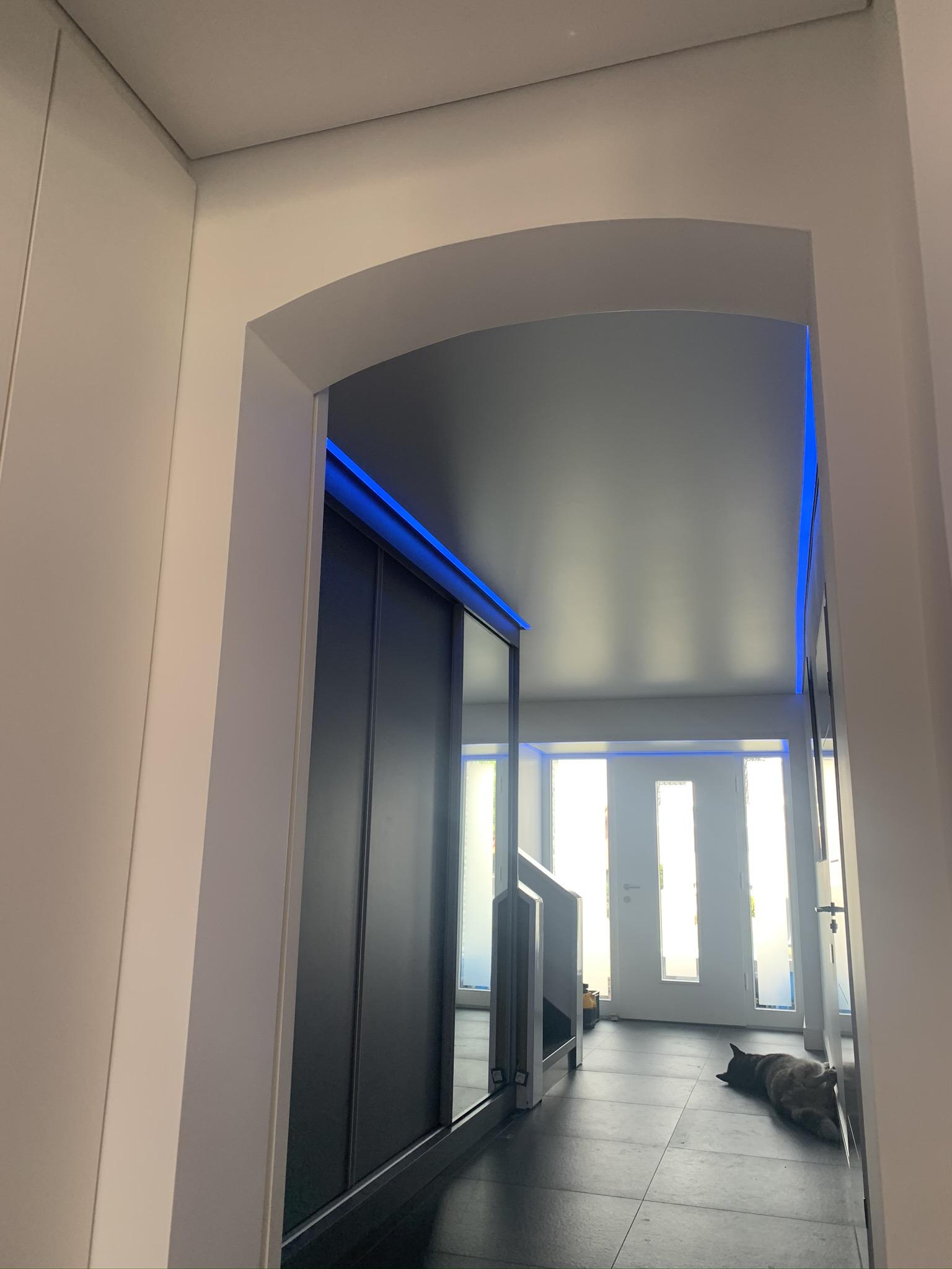 gekleurde rand LED verlichting in hal en overloop