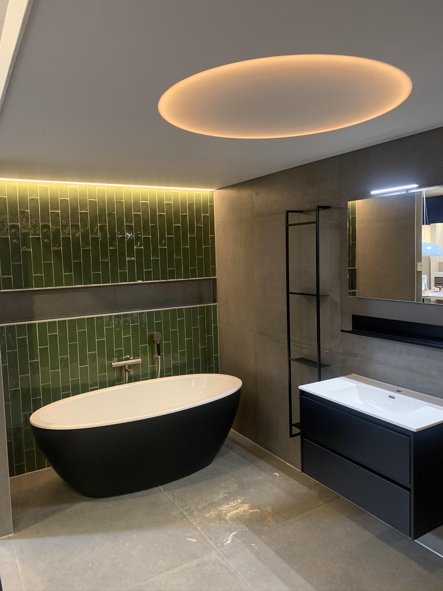 spanplafond met cirkel LED in badkamer