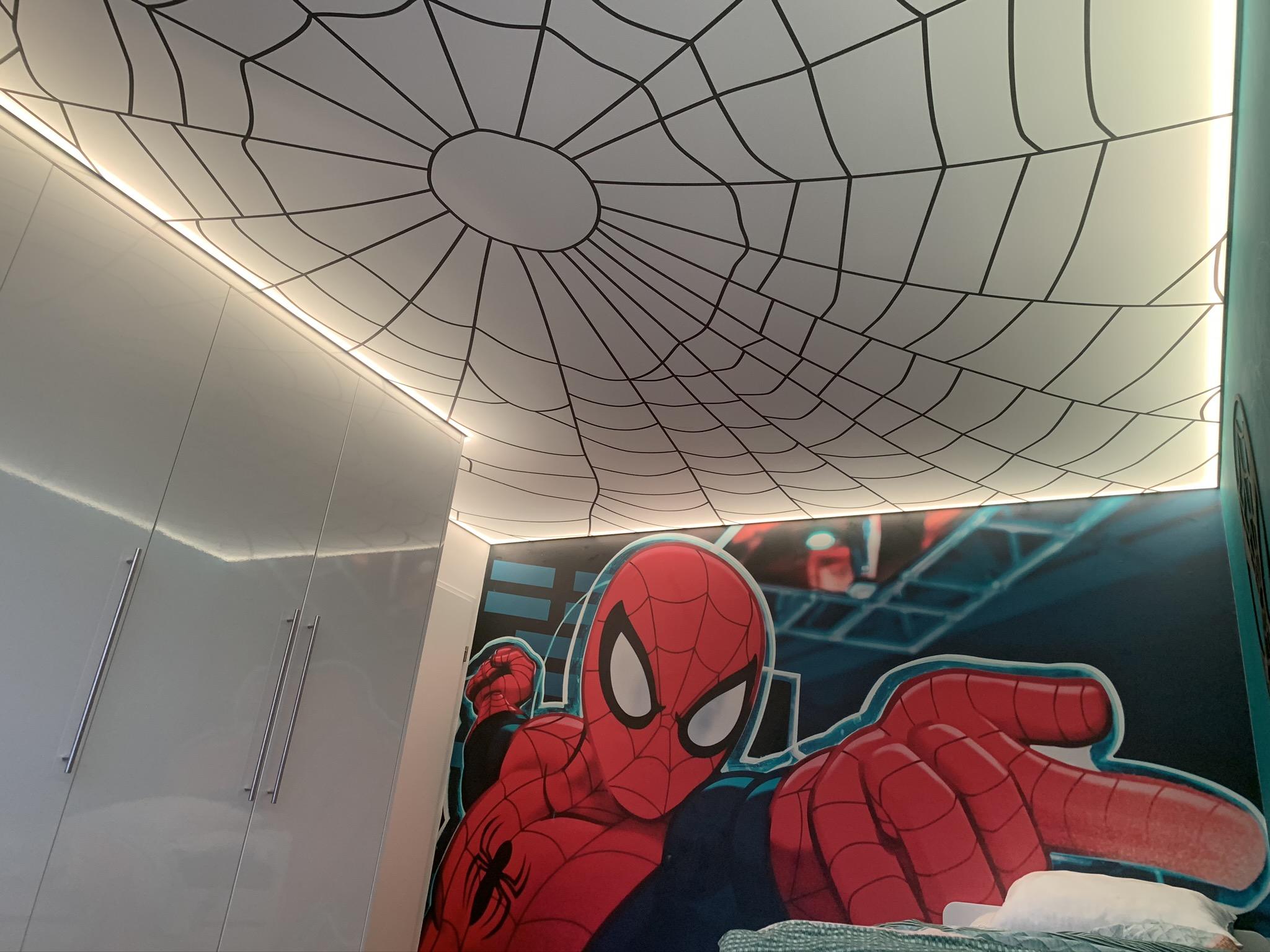 spanplafond lichtprint met spiderman motief