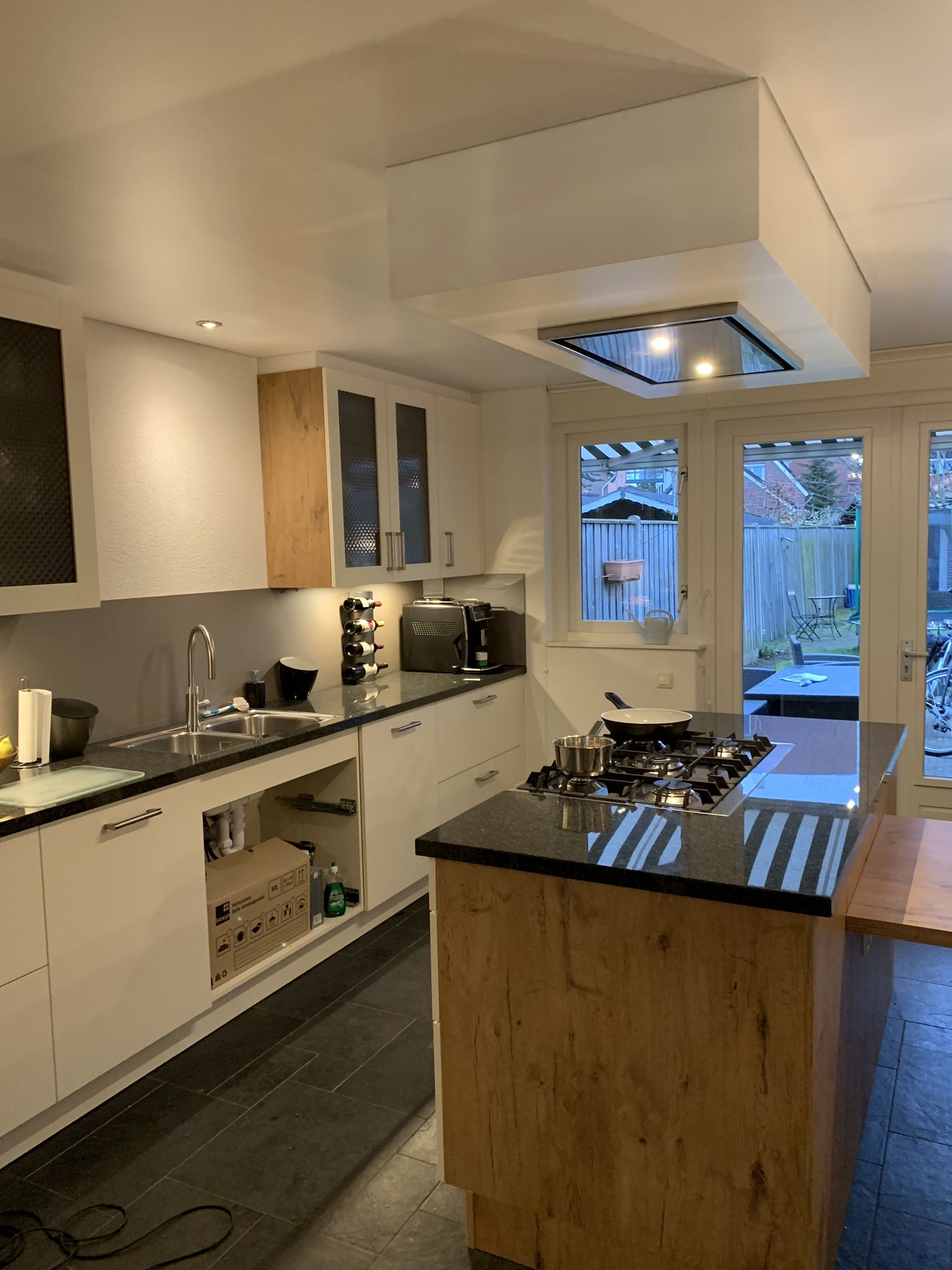 keuken plafond met verlichte spanplafond bij Indara