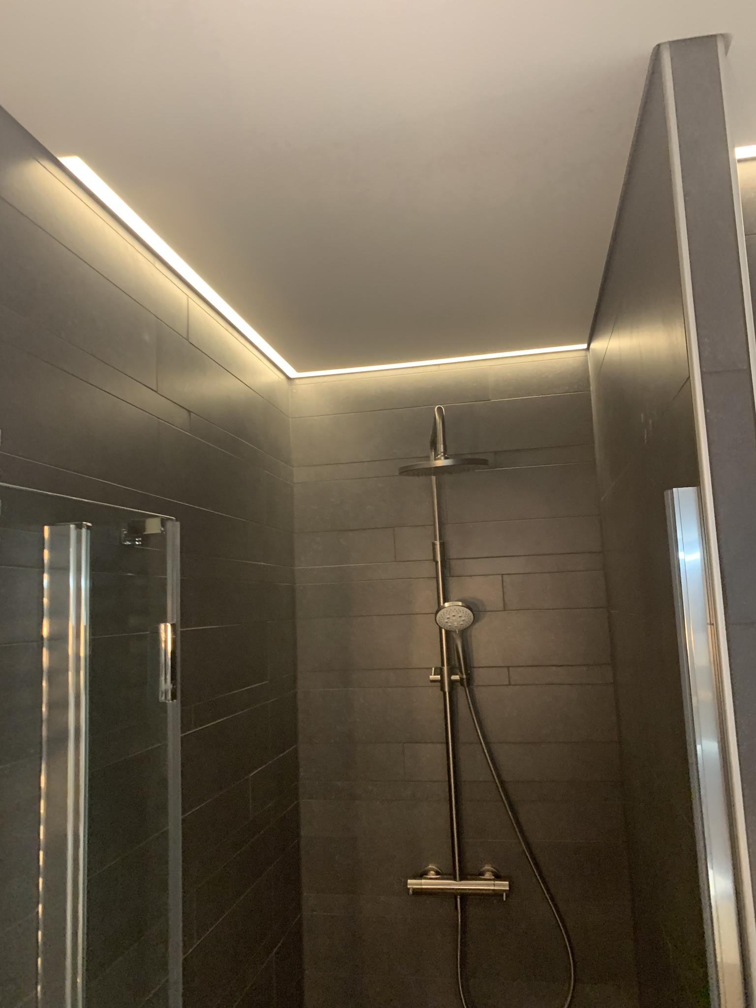 badkamer mooi maken met spanplafond en verlichting