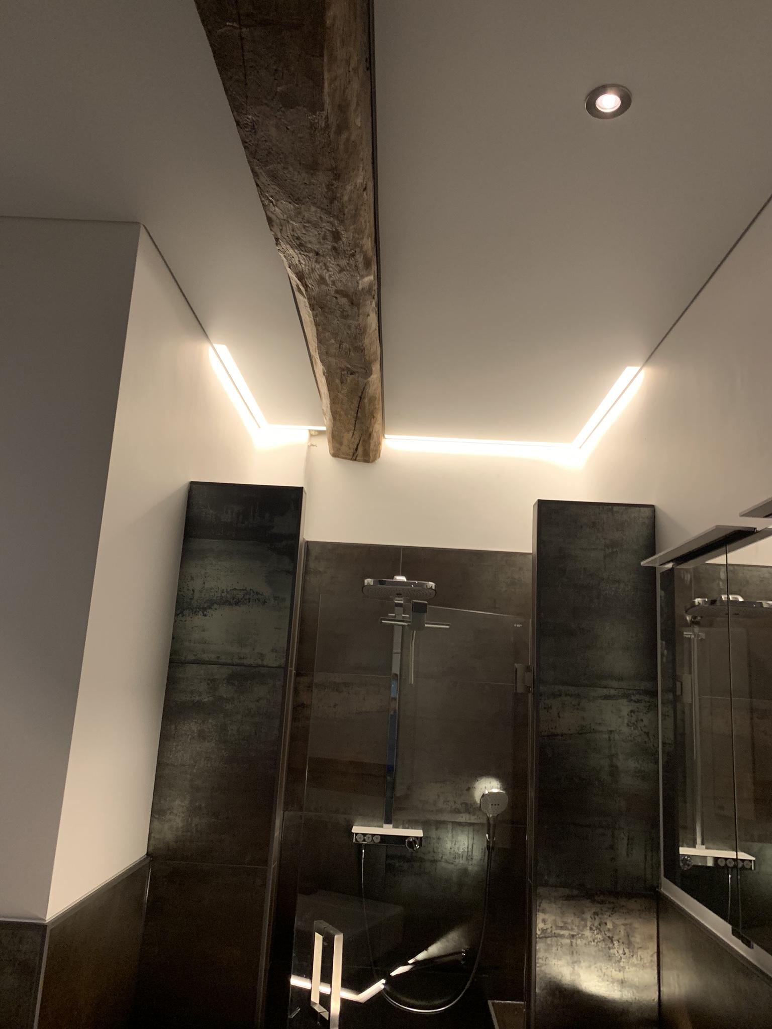 spanplafond met rand en LED spot verlichting in de badkamer