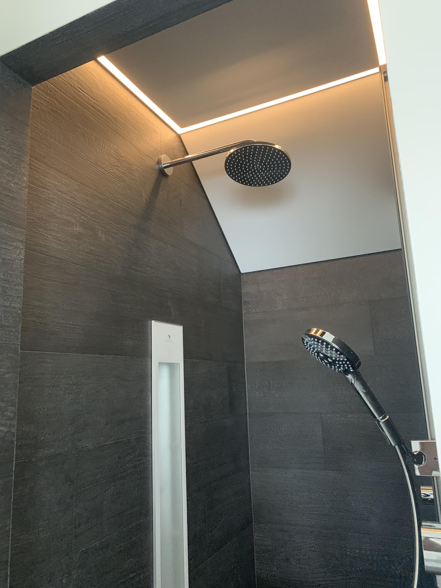 schuine wand boven uw douche voorzien van spanplafond met LED verlichting