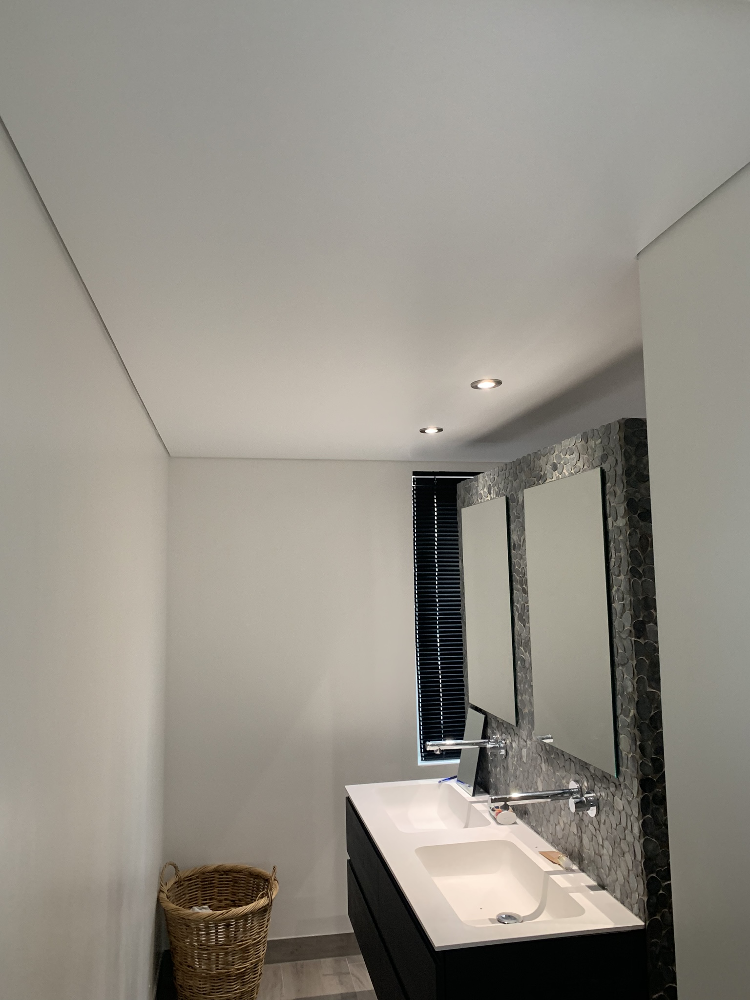badkamers met een strak afgewerkte spanplafond
