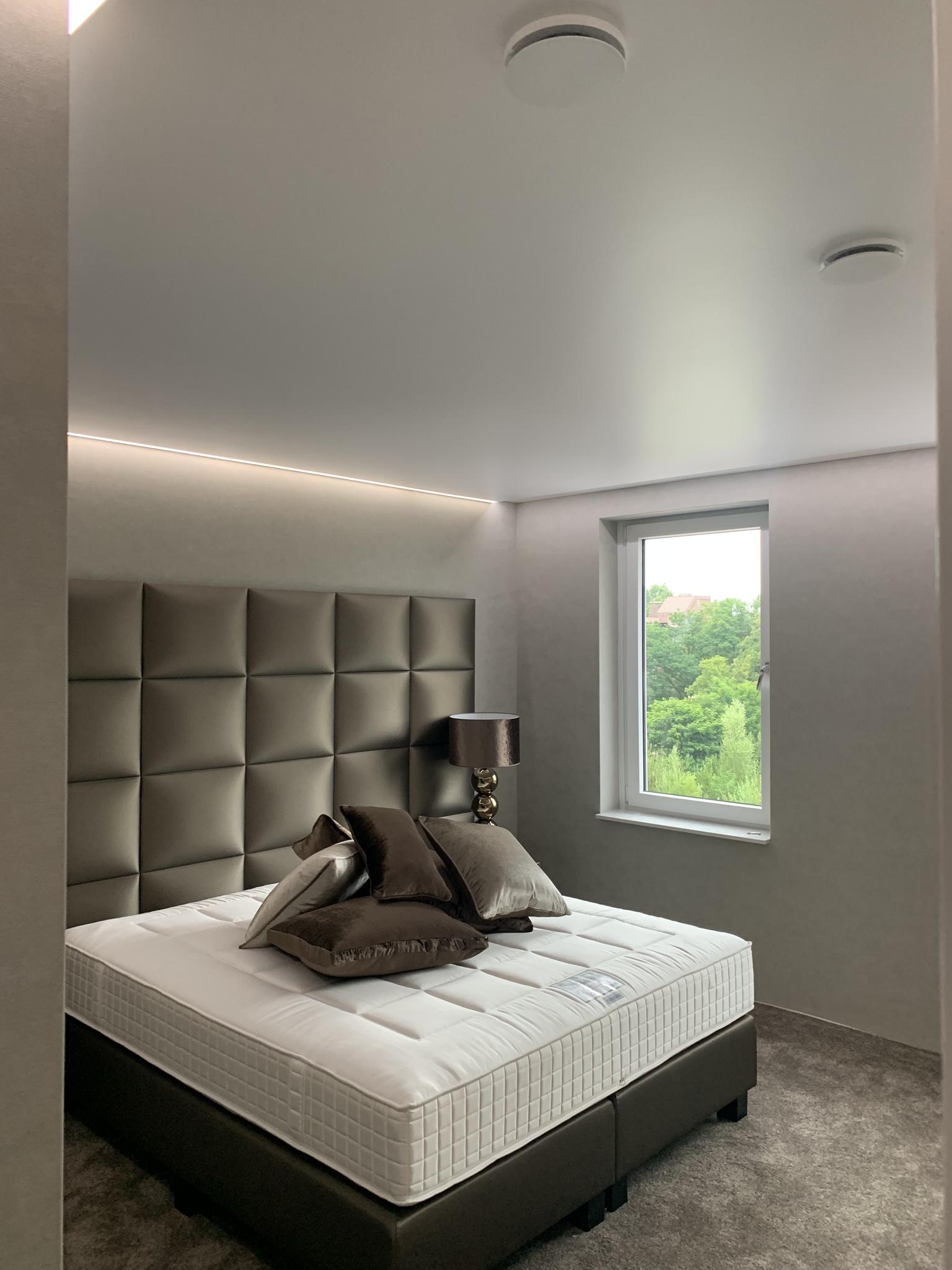 spanplafond in uw slaapkamer met rand LED verlichting