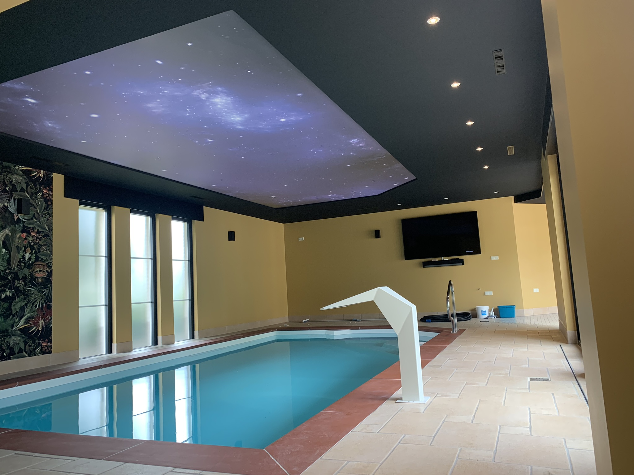 spanplafond boven een zwembad met het heelal
