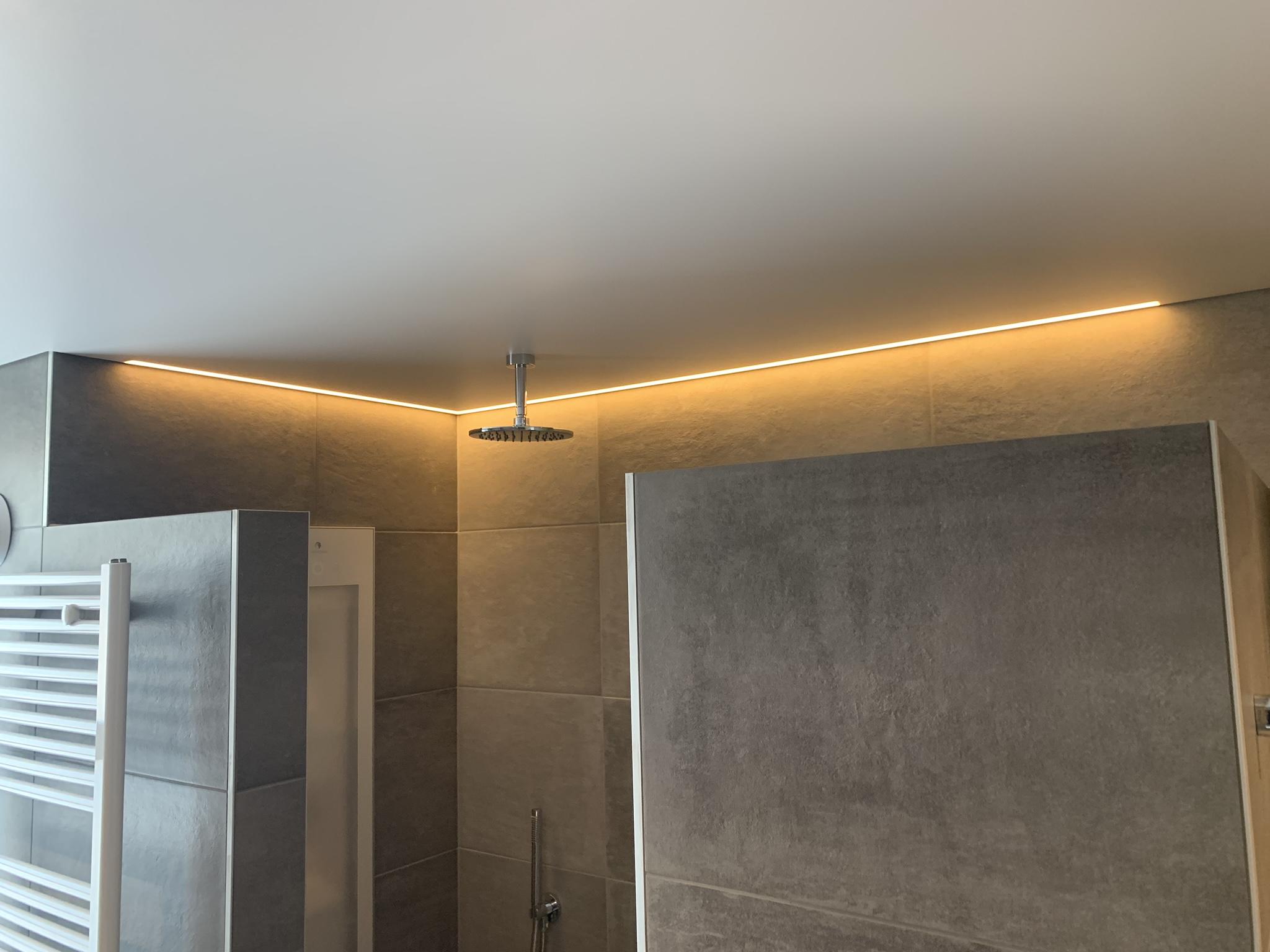 matwit spanplafond met rand LED verlichting