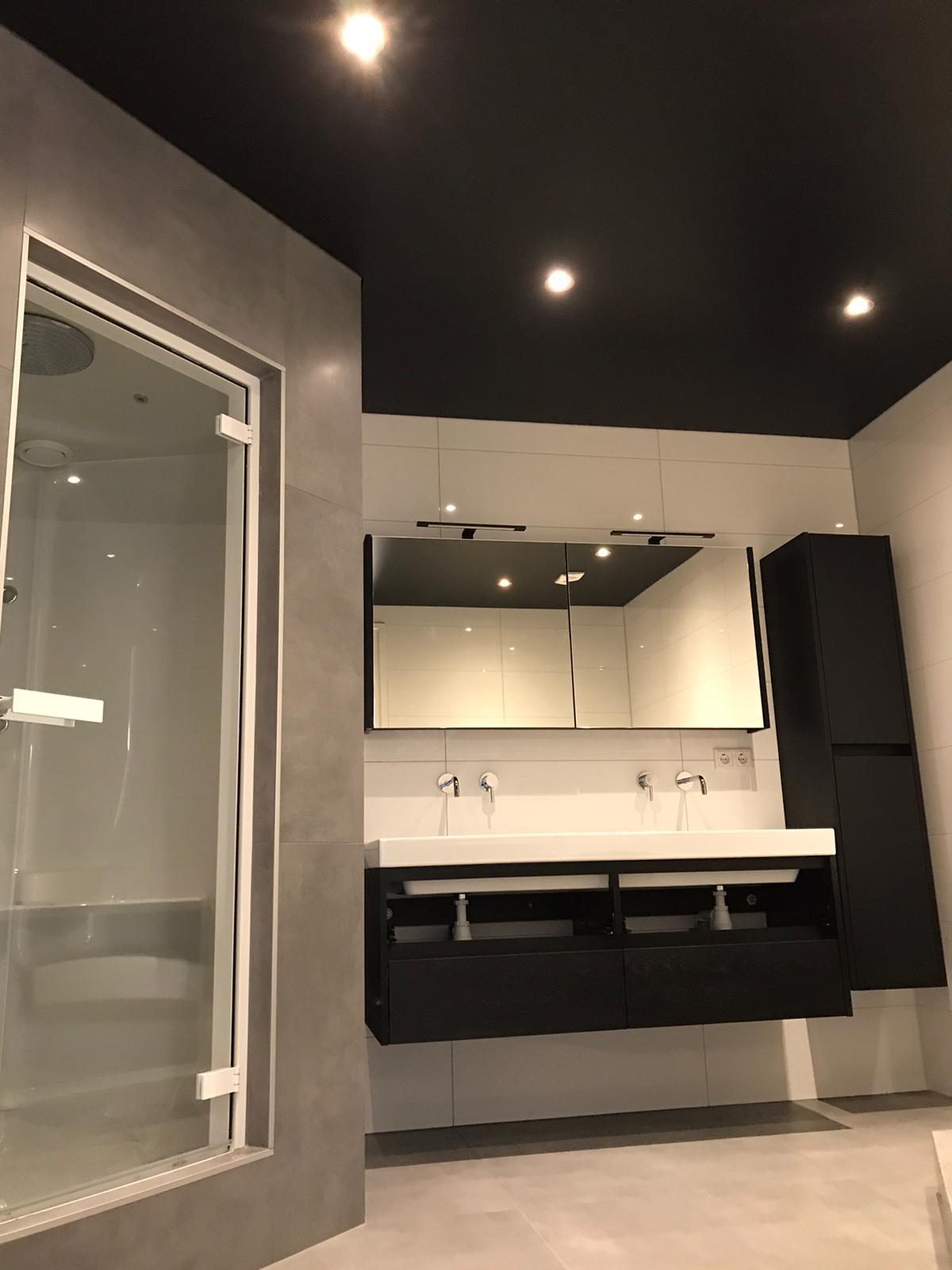 matzwart spanplafond voor badkamers