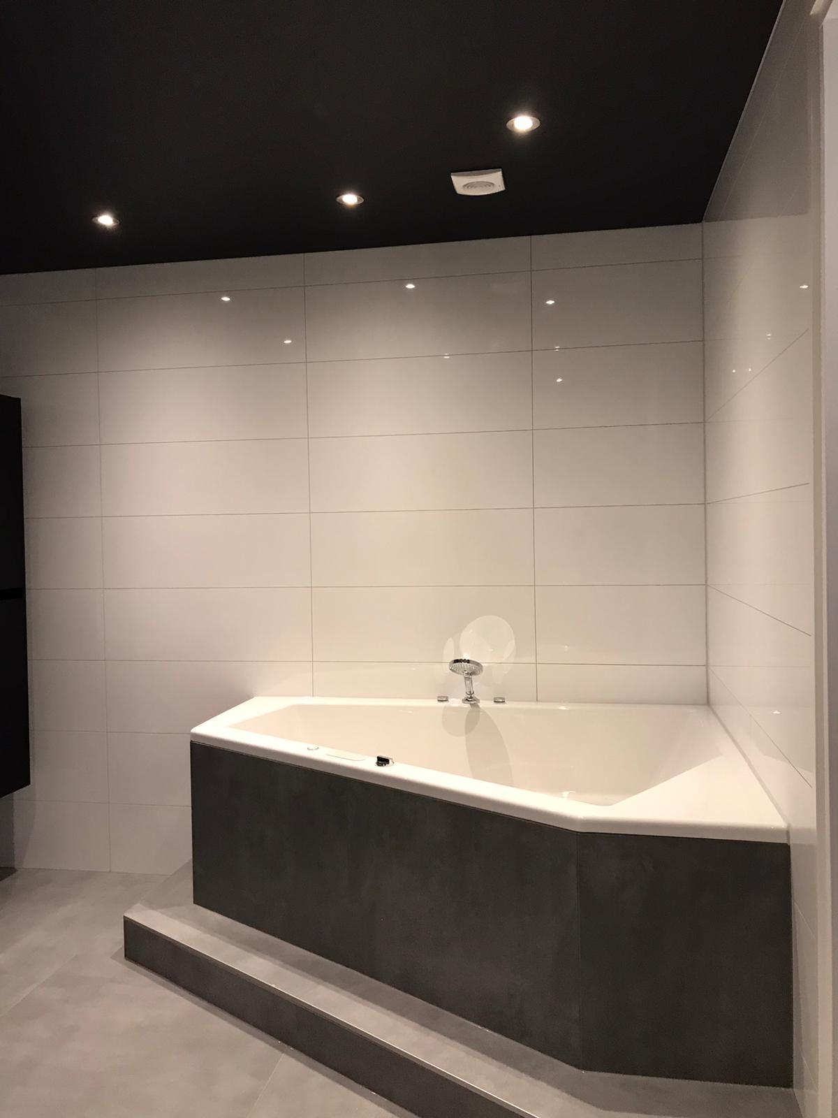 spanplafond met led spots boven uw bad