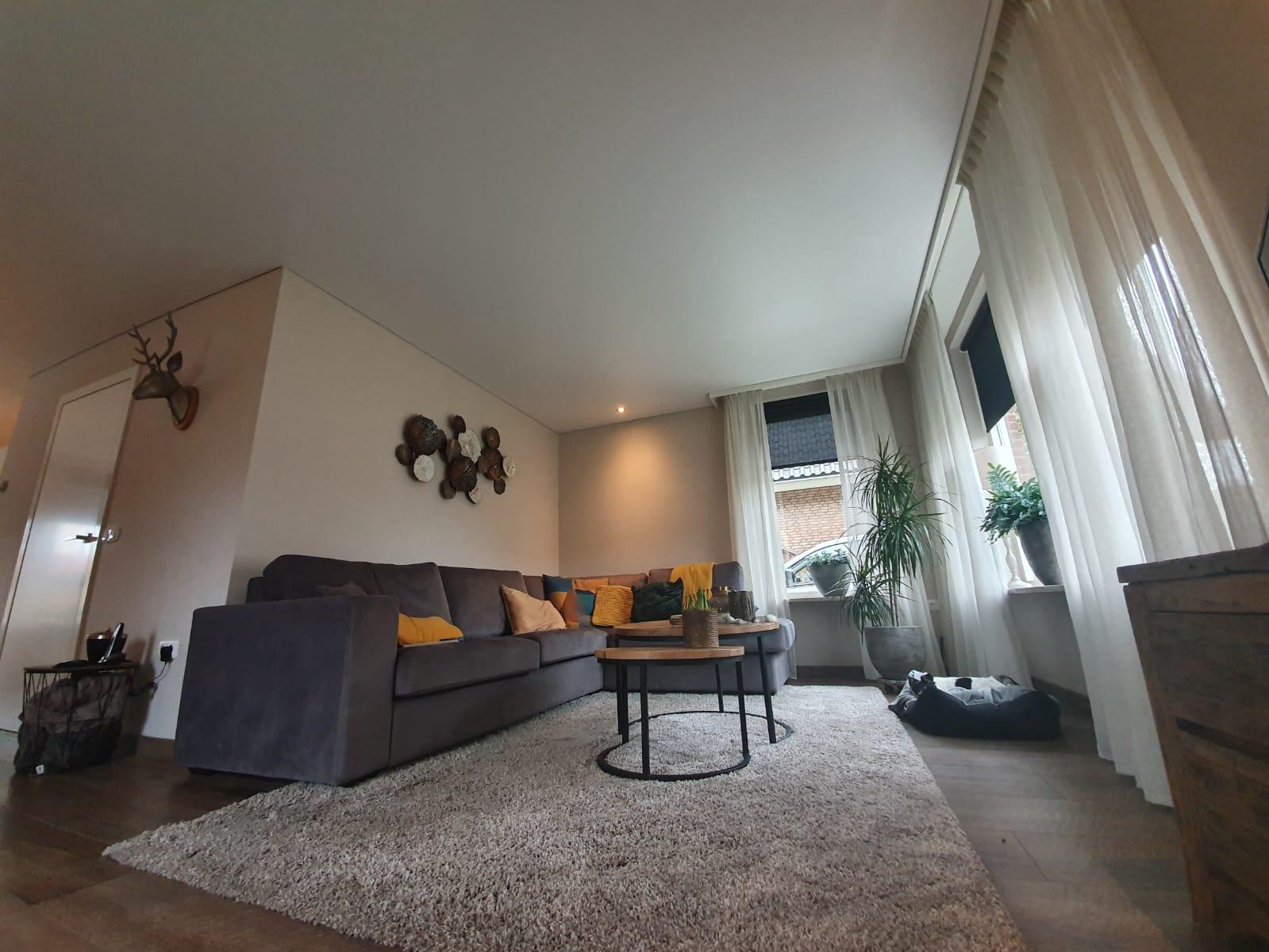 plafond met spot lights in woonkamers