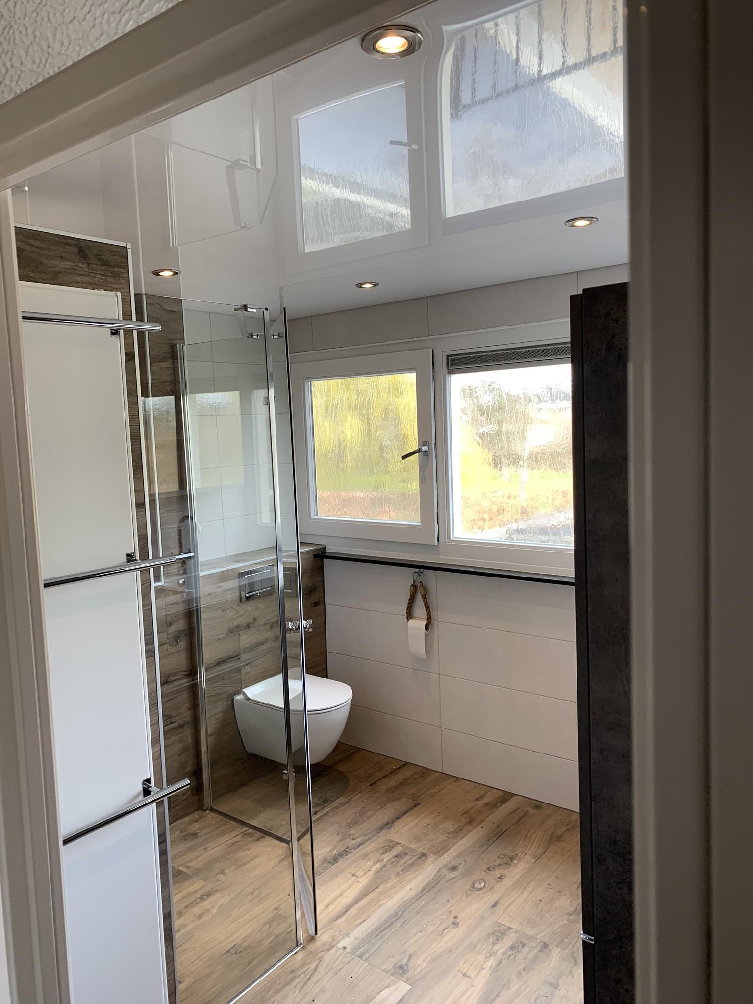 hoogglans plafond wit in badkamer