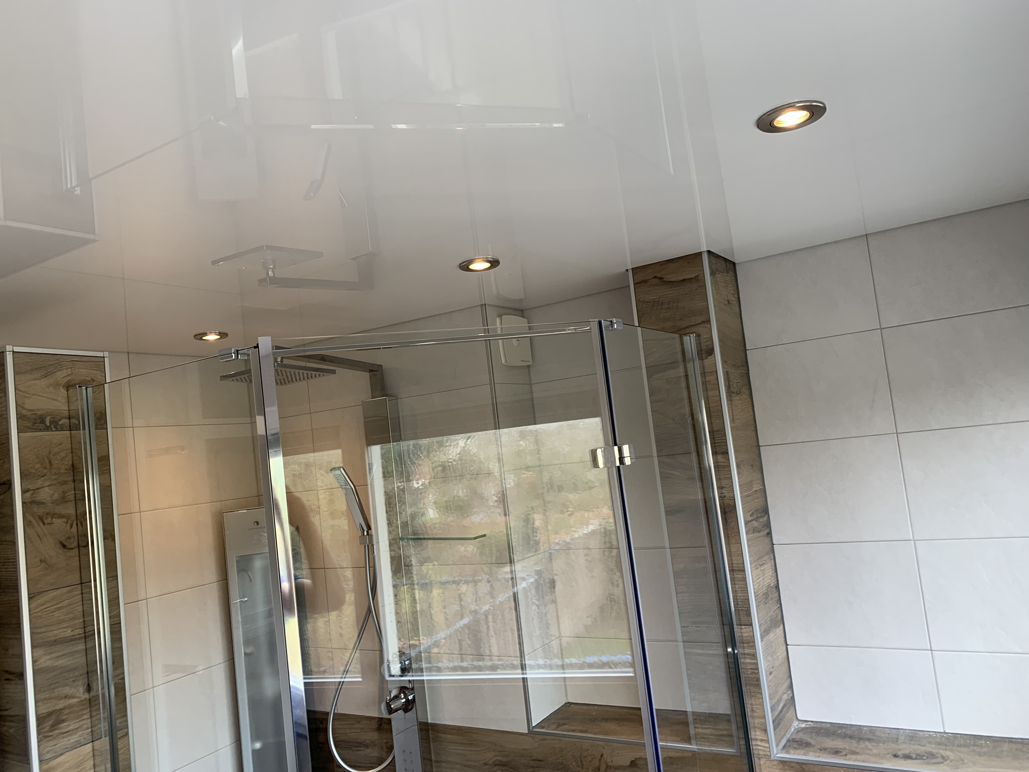 hoogglans spanplafond met led spots badkamer