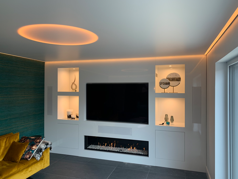spanplafond en verlichting voor woonkamer