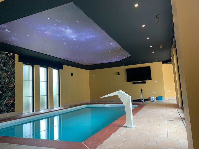 spanplafond boven een zwembad